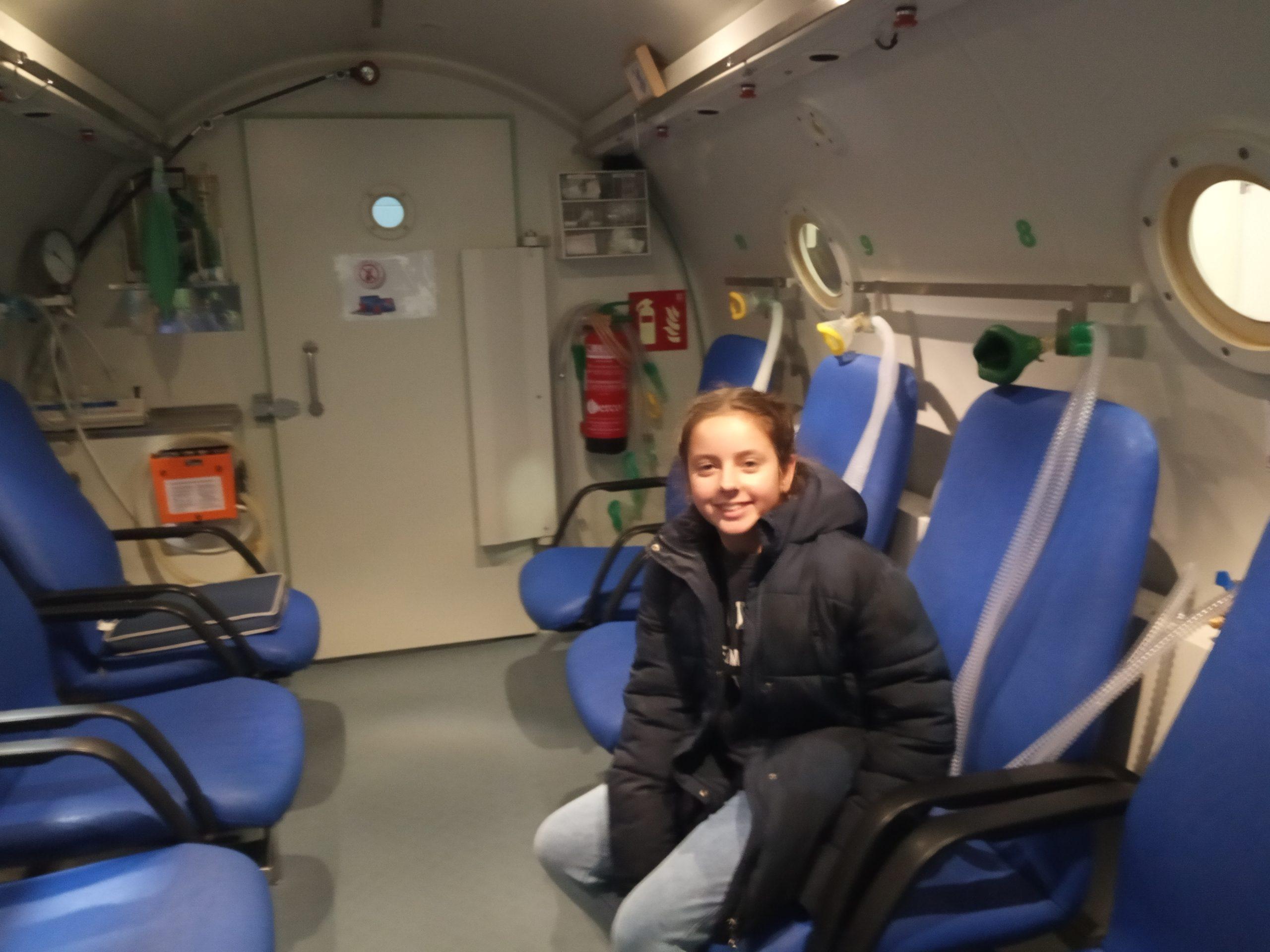Explicando los beneficios de la cámara hiperbárica y el oxígeno a Ariadna Guillén